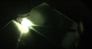 WIG Schweißen bei rötlicher Kernflamme Schmelzmaterial zuführen